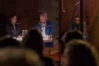 Jaap Robben en zijn vertaalster in het Tsjechische omroep